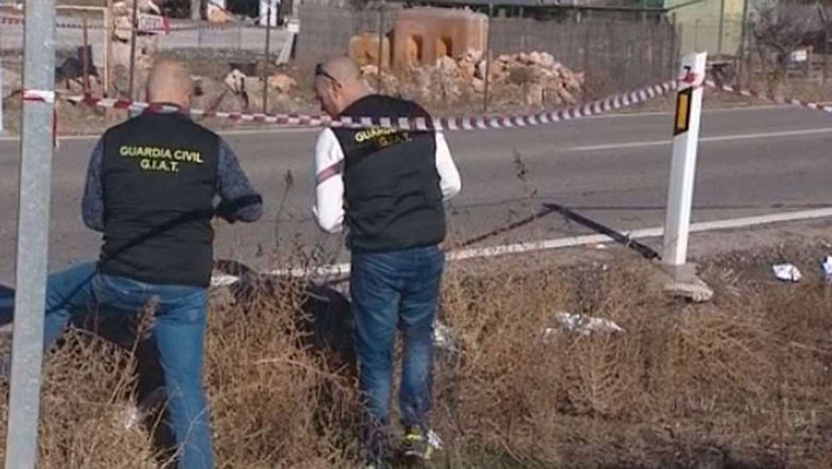 Miembros de la Guardia Civil investigando el lugar del accidente.