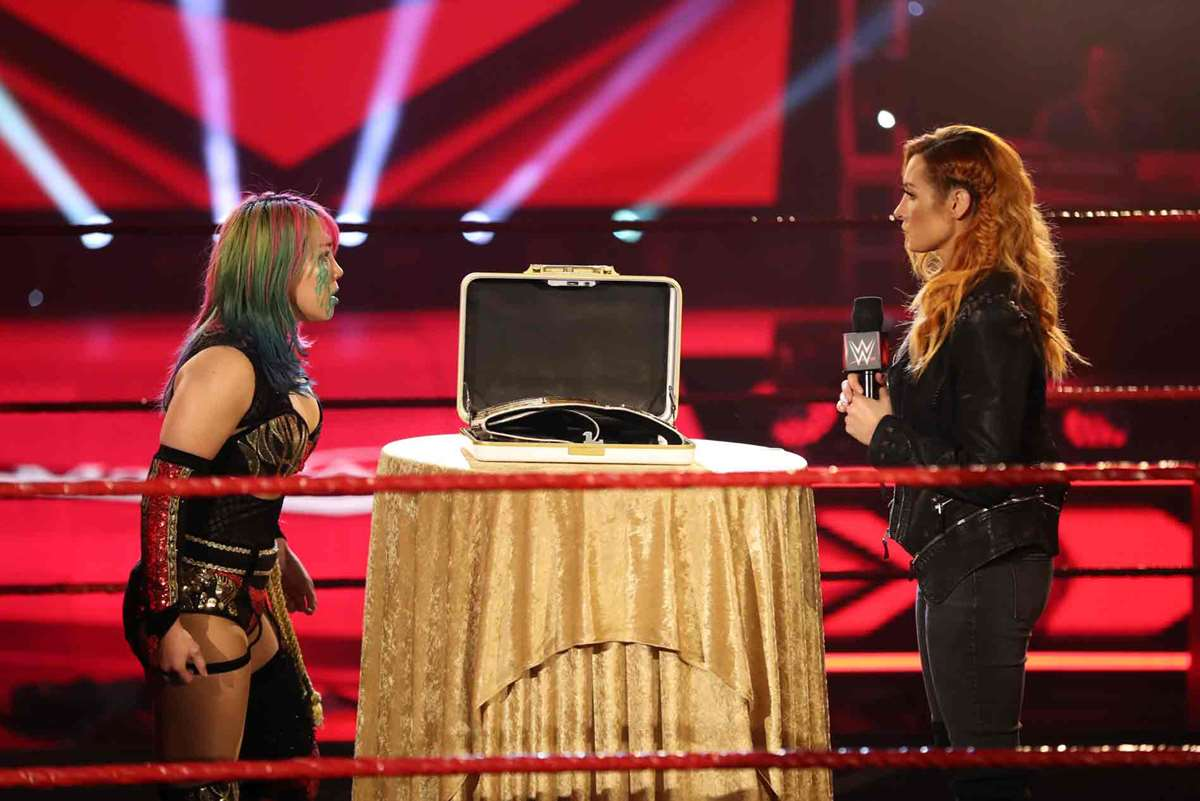 Asuka y Becky Lynch en RAW (WWE)